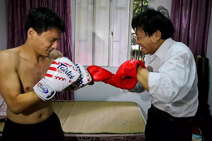 Ông Baozhu vẫn luyện tập với con trai, dù hiện tại con đã gặt hái được một số thành công. Ảnh: Xinhuanet.