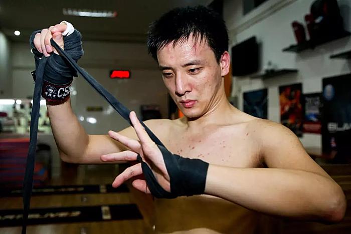 Người thường học một động tác chỉ vài lần, nhưng chàng trai bại nãoWang Qiang phải học cả trăm lần. Ảnh: Xinhuanet.