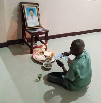 Ngày nào ông Bua Karaket cũng ăn cơm bên di ảnh vợ. Nguồn: tnews.