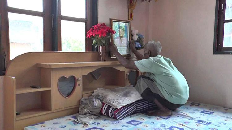 Khi đi ngủ, ông Bua Karaket cũng để ảnh vợ trên đầu giường. Ảnh: tnews.