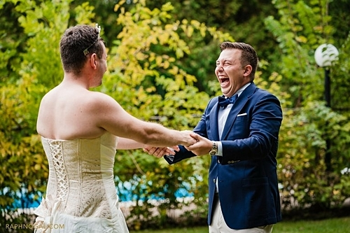 Tyler phá lên cười khi thấy anh trai mặc váy cưới. Ảnh: Raph Nogal Photography.