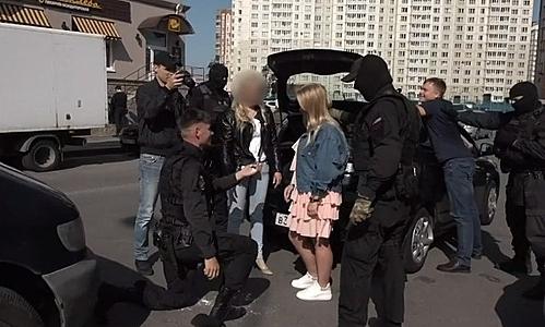 Anastasia (váy hồng) được bạn trai Sergei cầu hôn sau màn bắt giữ giả. Ảnh: BBC.