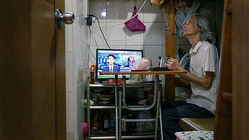 Ở tuổi 69, Ma Hoi-shing thường xuyên xa vợ. Ảnh: BBC.