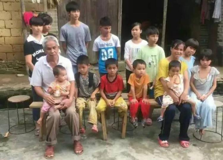 Ông Lương Nhị và vợ bên những đứa con của mình. Ảnh: sohu.