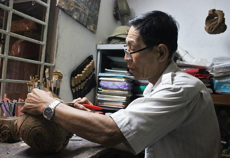 Hiện nay, mỗi tháng ông chỉ làm khoảng 4 – 5 cái khi có khách đặt, với kiểu khắc nổi sắc sảo. Sản phẩm chủ yếu bán ở Sài Gòn và nước ngoài. Ảnh: Diệp Phan.