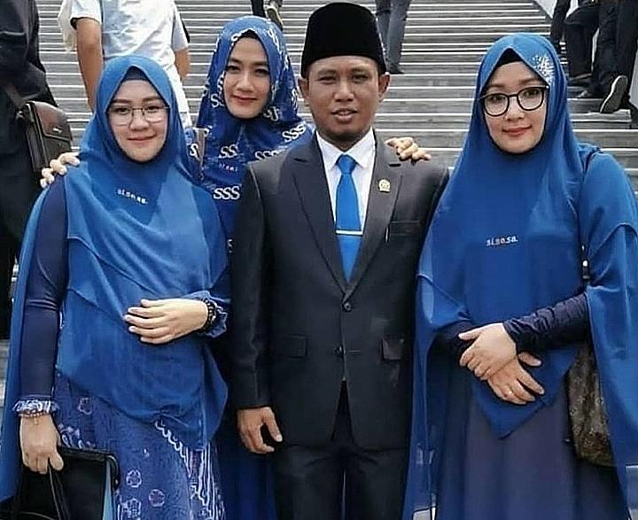 Nghị sĩAchmad Fadil Muzakki Syah diễu hành cùng 3 vợ mặc đồng phục xanh trong ngày nhậm chức hôm thứ 3 tuần trước. Ảnh:Liputan6.