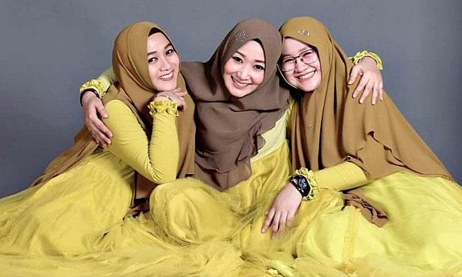 Ba người vợ của ôngAchmad luôn thể hiện hoà hợp trên mạng xã hội. Ảnh: SCMP.
