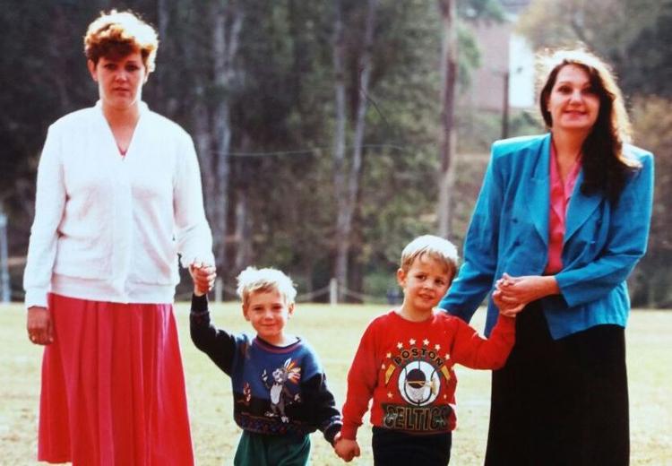 Sandy (trái) và Megs (phải) cùng hai đứa trẻ thời điểm mới phát hiện trao nhầm.