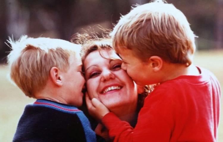 Hai đứa bé khi còn thân thiết với mẹ Megs.