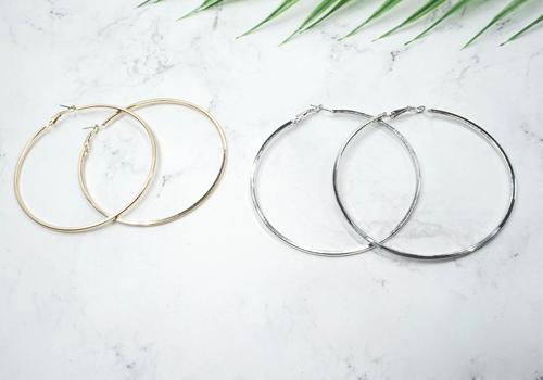 Khuyên tai tròn cổ điển bao gồmnhững vòng tròn với màu sắcvà thiết kế đa dạng. Nếu như khuyên tai có vòng tròn lớn ôm trọn khuôn mặt thể hiện sự độc đáo, thì những vòng tròn nhỏ lại mang tới sự thanh lịch và nhẹ nhàng.