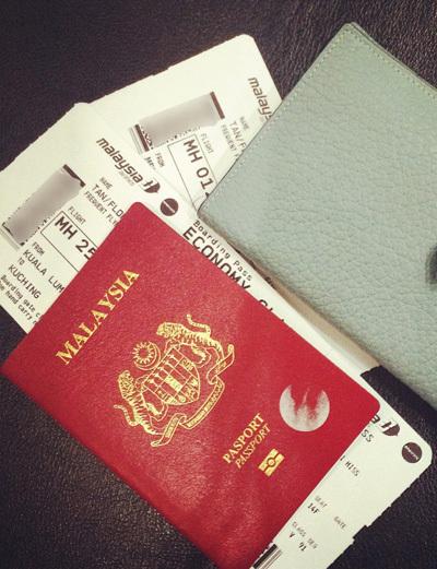 Lim đã có được vé máy bay đến đất nước mình thích sau 4 tháng cai trà sữa. Ảnh: Floranze.