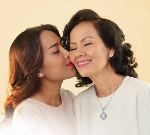 30 năm qua mẹ vẫn luôn yêu quý đôi bông tai ba tặng ngày đầu về với nhau.