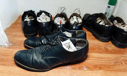 Đôi giầy đắt nhất của Daniel có giá 60 USD, còn lại đều khoảng 20 USD. Ảnh: Stefano Giovannini.