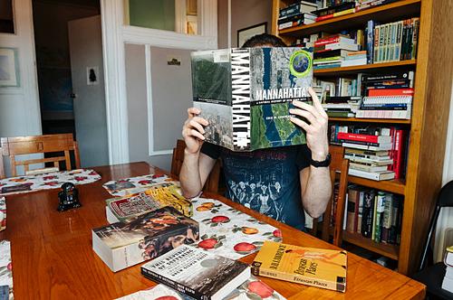 Daniel trong căn hộ của mình. Anh không tiết lộ họ vì muốn ẩn danh tính. Ảnh:  Stefano Giovannini.