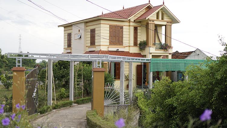 Anh Sơn và vợ đã ở trong căn nhà2 tầng mới xâyđược 4 năm, nhưng vẫn giữ nhà ngói cũ để làm kỷ niệm. Ảnh: Trọng Nghĩa.