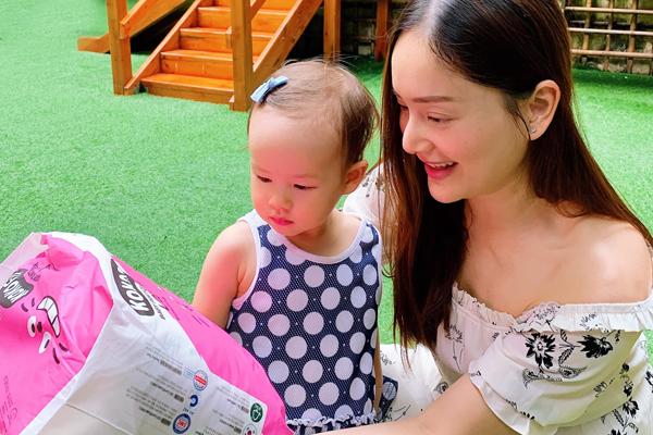 Lan Phương tự nhận mình là một bà mẹ kĩ tính khi chọn đồ cho con.