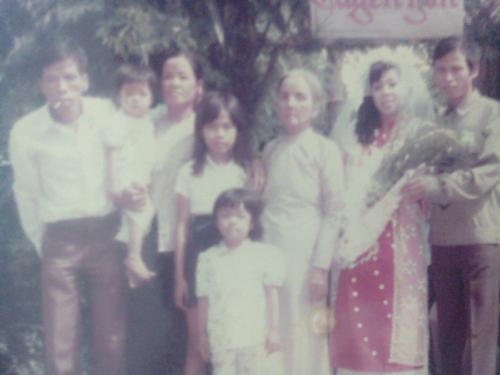 Chị em tôi bên cạnh gia đình ngày nhỏ.