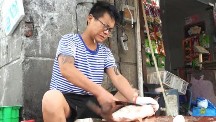 Mạnh khi lớn lên vẫn ở nhà mổ cá giúp bố mẹ và không nhận được sự giáo dục nghiêm chỉnhtừ gia đình. Ảnh: sohu.