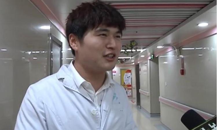 Y tá Lưu Dương đã cấp cứu cho bệnh nhân dù vợ đang đau bụng chờ sinh. Ảnh:jxntv.