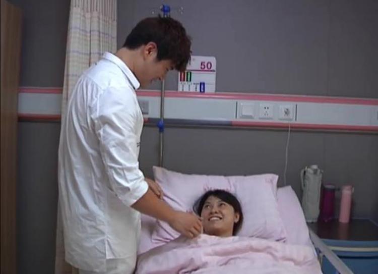 Lưu Dương tận tình chăm sóc vợ sau sinh ở bệnh viện. Ảnh: jxntv.
