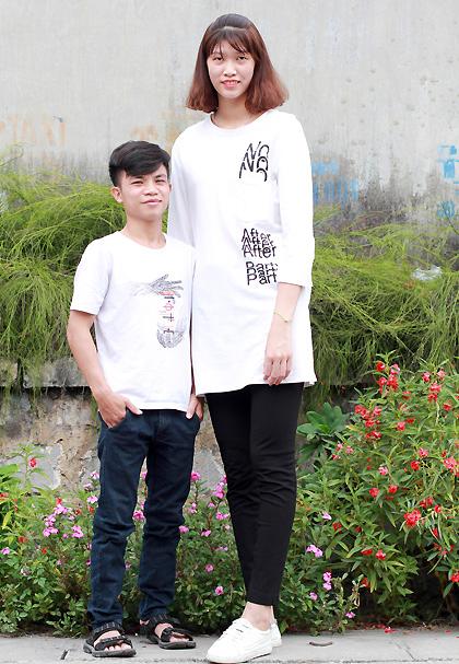 Thấp hơn vợ gần50 cm và ít hơn cô 25 kg, Hợp và Trang đều không hề thấy điều đó ảnh hưởng đến cuộc sống của họ. Ảnh: Phan Dương.