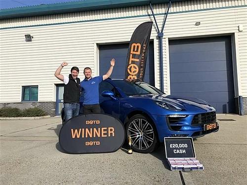 Tom Harvey (phải) hai lần trúng xe sang từ cùng một trò chơi trực tuyến. Ảnh: Kent Online.