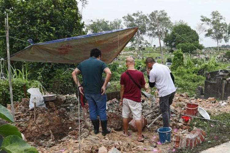 Cơ quan chức năng phải khai quật thêm 5 ngôi mộ khác mới tìm thấy mộ thật của bà ngoại ông Marn. Ảnh:Lianhe Wanbao.