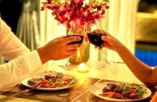Một bữa tối lãng mạn trong không gian ấm cúng sẽ tạo kỷ niệm đẹp cho người ấy trong ngày 20/10. Ảnh: telaway.