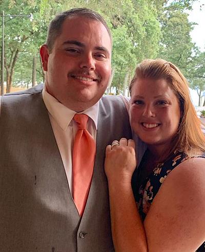Heath cầu hôn bạn gái yêu 2 năm nhưng không có tiền mua một chiếc nhẫn cưới đúng nghĩa. Ảnh: Insider.