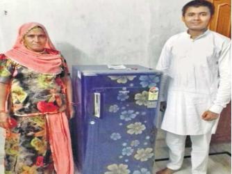 Ram Singh và mẹ bên chiếc tủ lạnh mới. Ảnh: cwq.