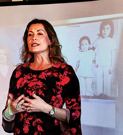 Berni Slowey, một doanh nhân, đạo diễn thành đạt, đã làm nhiều cách tìm lại em gái, một trong số đó là nói về emtrên TED talks năm 2016. Ảnh:Frontporchne.
