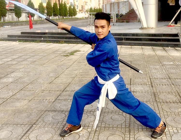 Nguyễn Nam Thắng thể hiện nhật nguyệt đại đao củamôn võ Thiên Môn Đạo. Ảnh: Mạnh Hùng.