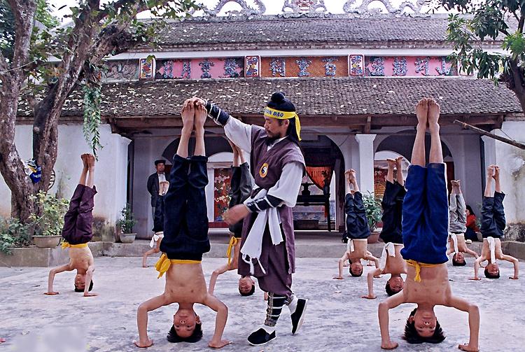Ông Nguyễn Khắc Phấn hướng dẫn các môn sinh tại đền Bách Linh, Ứng Hòa, Hà Nội. Hiện Thiên Môn Đạo có hơn 10.000 môn sinh trên khắp cả nước. Ảnh: Mạnh Hùng.