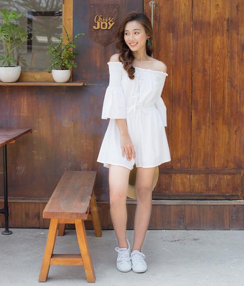 Chị em có thể đổi mới phong cách nữ tính sang năng động, trẻ trung hơn với jumpsuit hở vai của thời trang Kimi. Chi tiết thun nhún eo tạo sự cân đối cho cơ thể. Chất liệu đũi thun màu trắng dày dặn. Phần bo thun ở vai giúp khoe khéo phần vai. Ngoài ra jumpsuit dạng quần giúp thoải mái vận động mà vẫn nữ tính, duyên dáng như diện váy, đầm.