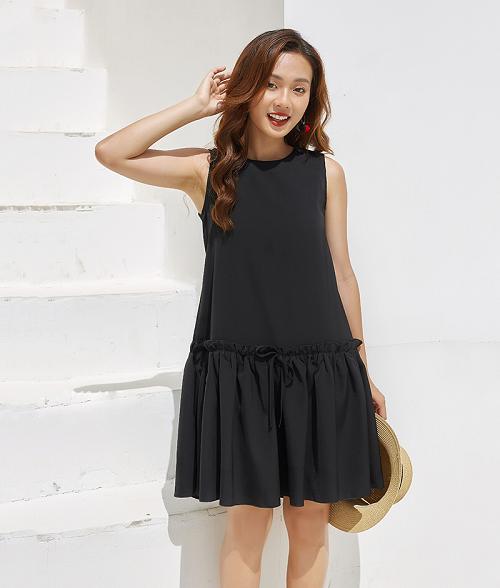 Đầm suông đen giúp che khuyết điểm cho những chị em có vóc dáng thiếu cân đối. Phần nhún bèo dưới chân váy kết hợp chi tiết xếp ly giúp tạo điểm nhấn nữ tính. Để diện đầm đen mà không quá dừ, các nàng có thể phối cùng phụ kiện như nón cói, túi đeo chéo hoặc túi tote.