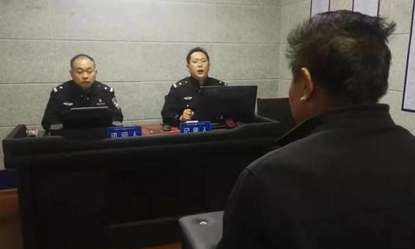 Người đàn ông họ Phạm đến sở cảnh sát ở Tế Nam để xác nhận em bé dưới mộ là cháu mình. Ảnh:readmeok.
