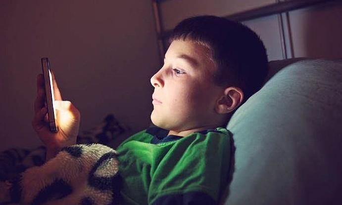 Đứa trẻ lặp lại các hành vi cả tốt lẫn xấu của bố mẹ. Ảnh: manoramaonline.