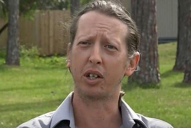 Sinawa ngồi trong vườn nhà mình, kể lại bức xúc với giới truyền thông. Ảnh:First Coast News.