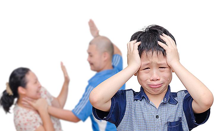 Trẻ gặp nhiều vấn đề khi cha mẹ cố giữ hôn nhân vì con, hơn là chia tay mà cùng đồng thuận trong nuôi dạy trẻ. Ảnh:Shutterstock.