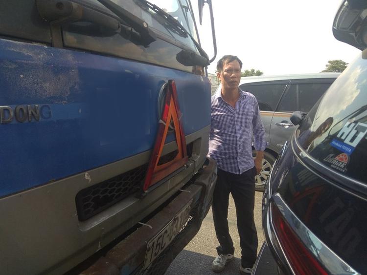 Anh Luyện đứng bên hai chiếc xe trong vụ tai nạn hôm 11/10. Vì không có số của anh Luyện, nên anh Khải phải đăng lên mạng để tìm kiếm. Ảnh: Quang Khải.