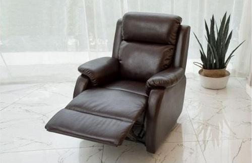 Sofa động cơ điện mang đến sự thư giãn thoải mái cho người ngồi nhờ phần đệm dày, độ đàn hồi cao, bọc bằng chất liệu da PVC tạo sự sang trọng, thanh lịch cho không gian nội thất. Ghế có khung hợp kim của hãng Leggett (Mỹ) và động cơ điện OKIN, hỗ trợ góc chuyển đổi chính, có thể thích ứng với nhiều tư thế ngồi. Sản phẩm hoạt động êm ái, gần như không gây tiếng động. Khung ghế thiết kế có thể kê gần sáttường,phần đệm gác chân duỗi ra thoải mái. Sofa hiện giảm giá 11%trên Shop VnExpress còn 8,49 triệu đồng với 2 màu nâu đen và kem.