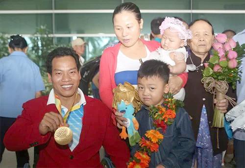 Lê Văn Công bên gia đình, sau ngàynhận huy chương vàng giải vô địch cử tạ người khuyết tật thế giới năm 2016. Ảnh: Đức Đồng.