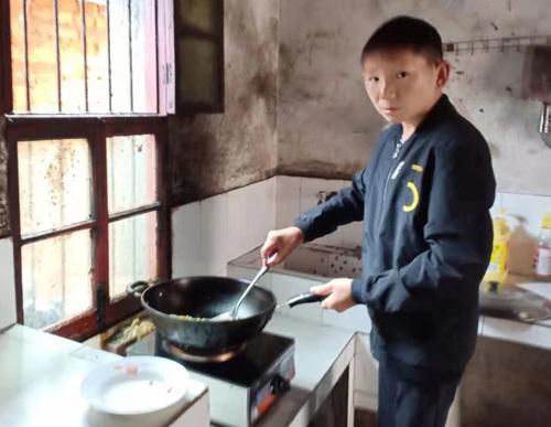 Ở tuổi 34, anh Zhu vẫn không thể lấy vợ, sinh con vì hình hài nhỏ bé. Ảnh: new.qq.
