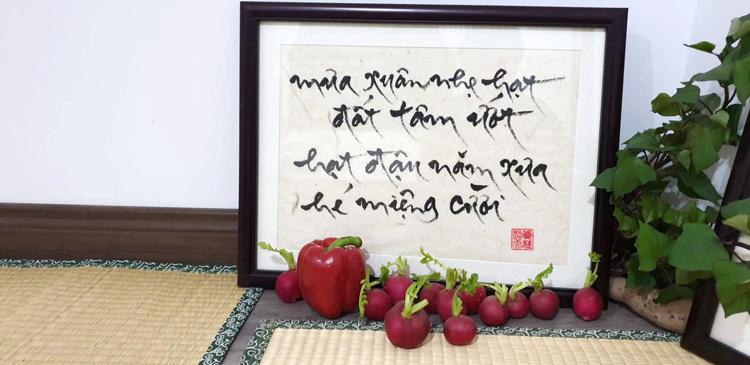 Nhà không dùng sofa, chiếu cói để tiếp khách và chính các rau, củ để trang trí. Ảnh: Đậu Quyên.