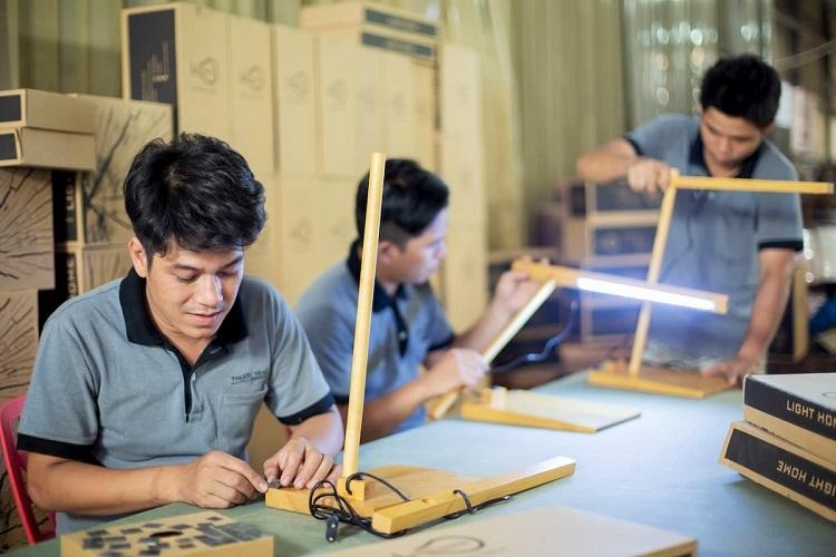 Một công đoạn thiết kế, sản xuất đèn gỗ trang trí Light Home.