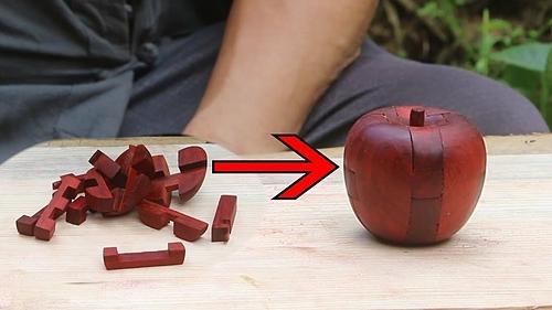 Amu làm quả táo đồ chơi từ những mảnh gỗ nhỏ. Ảnh: Grandpa Amu.