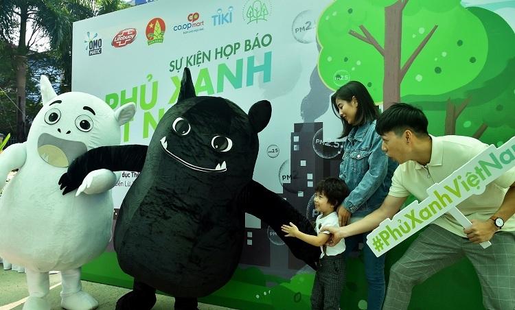 Nhiều gia đình hưởng ứng chương trình của Quỹ Phủ xanh Việt Nam với ước mong trao cho trẻ niềm vui trải nghiệm trong không gian xanh, đẹp sạch bụi.