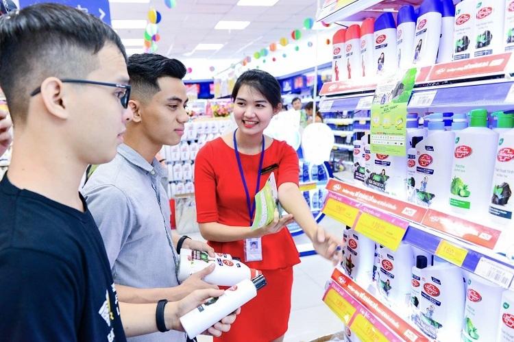 Người dùng mua sắm tại siêu thị Co.opmart hưởng ứng chiến dịch.