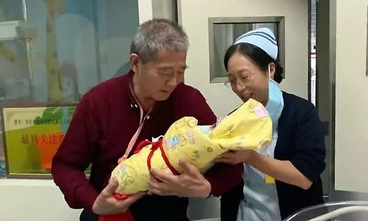 Ông Hoàng đón con gái để chuẩn bị về nhà. Ảnh: bjnews.