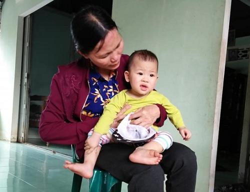 Niềm vui của mẹ là chăm sóc con cháu.